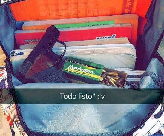 Una alumna publicó en redes sociales una fotografía con un arma de fuego dentro de su mochila, en Huehuetenango. (Foto Prensa Libre: Hemeroteca PL)