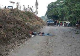 Agentes de la PNC resguardan el lugar donde se perpetró el ataque armado contra tres hombres, en Tiquisate, Escuintla. (Foto Prensa Libre: Carlos E. Paredes)