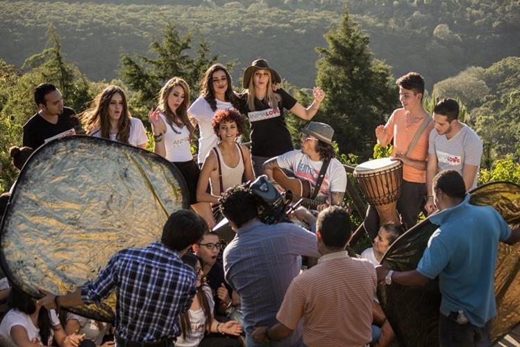 """Una de las escenas del videoclip """"Es con amor"""", tema interpretado y escrito por Tavo Bárcenas. (Foto Prensa Libre, cortesía de Animal Love)"""