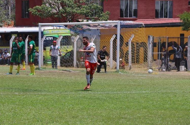Junior Andrade marcó el doblete del triunfo para el cuadro miteco. (Foto Prensa Libre: Hugo Oliva)