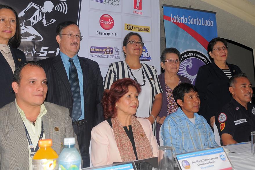 Los organizadores de la carrera de la Luz y el Sonido lucen satisfechos por la organización. (Foto Prensa Libre: Carlos Vicente)