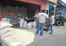 """<p>Personal de la Diaco supervisan ventas de maíz en Coatepeque, Quetzaltenango. (Foto Prensa Libre: Alexander Coyoy)<br _mce_bogus=""""1""""></p>"""