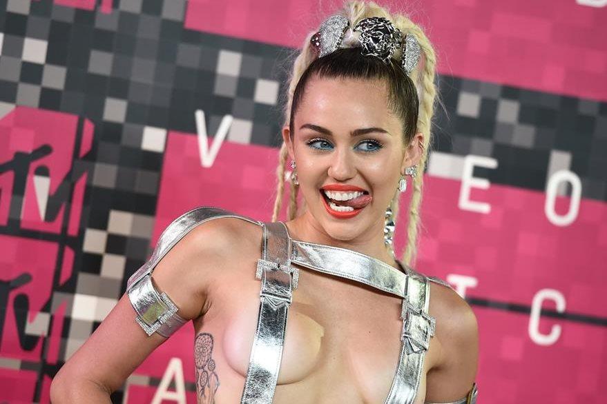 Miley lució varios atuendos que dejaron mucha piel al descubierto, lo que provocó que uno de sus senos quedará completamente desnudo. (Foto Prensa Libre: AP)