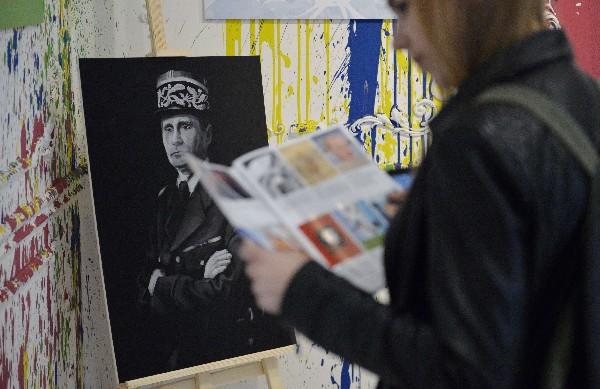 Una obra de arte que representa a Vladimir Putin como Charles de Gaulle.