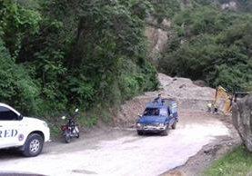 Un carril fue habilitado en la ruta entre Panajachel y San Andrés Semetabaj. (Foto Prensa Libre: Ángel Julajuj)