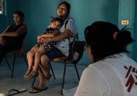 Una mujer inmigrante y su nieta reciben apoyo psicológico en un albergue de México. (Foto Prensa Libre: EFE)