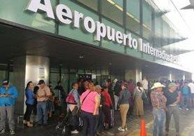 Algunos usuarios señalan que el Aeropuerto Internacional La Aurora no tiene las comodidades necesarias para una larga espera. (Foto Prensa Libre: Esbin García)