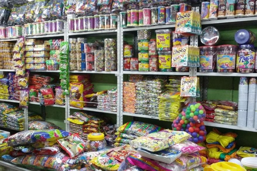 Las piñaterías ofrecen una gran variedad de dulces nacionales y exportados. (Foto Prensa Libre: Pablo Juárez)
