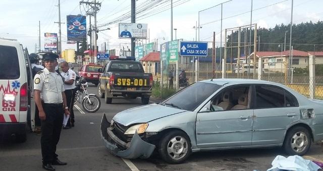 Socorristas y agentes de la Policía resguardan la escena donde ocurrió el accidente de tránsito en Fraijanes. Foto Prensa Libre: Bomberos Voluntarios.