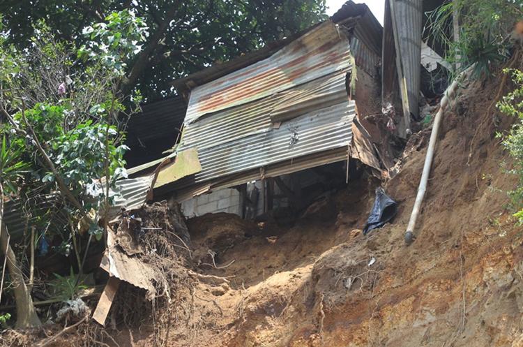 Una vivienda en riesgo, construida en el lugar donde ocurrió el derrumbe. (Foto Prensa Libre: Esbin García)