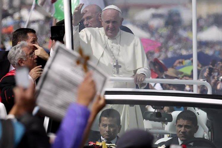 <em>El papa Francisco bendijo este martes a una mujer de 100 años en una parada inesperada que realizó durante el recorrido en el papamóvil. (Foto Prensa Libre: AP).</em>