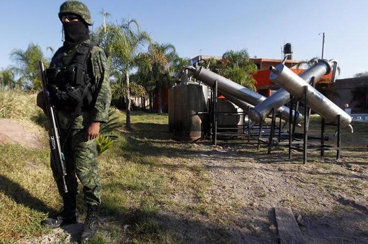 """Un soldado mexicano presta guardia en el rancho """"Villareal"""" de Tlajomulco, estado de Jalisco (México). (Foto Prensa Libre: EFE)"""