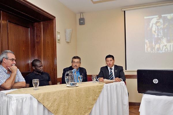 Élmer Ponciano —primero a la derecha—, durante el anuncio del juego. Le acompañan en la mesa Julio César González —primero de izquierda a derecha—, Milton Núñez y Carlos Véliz.