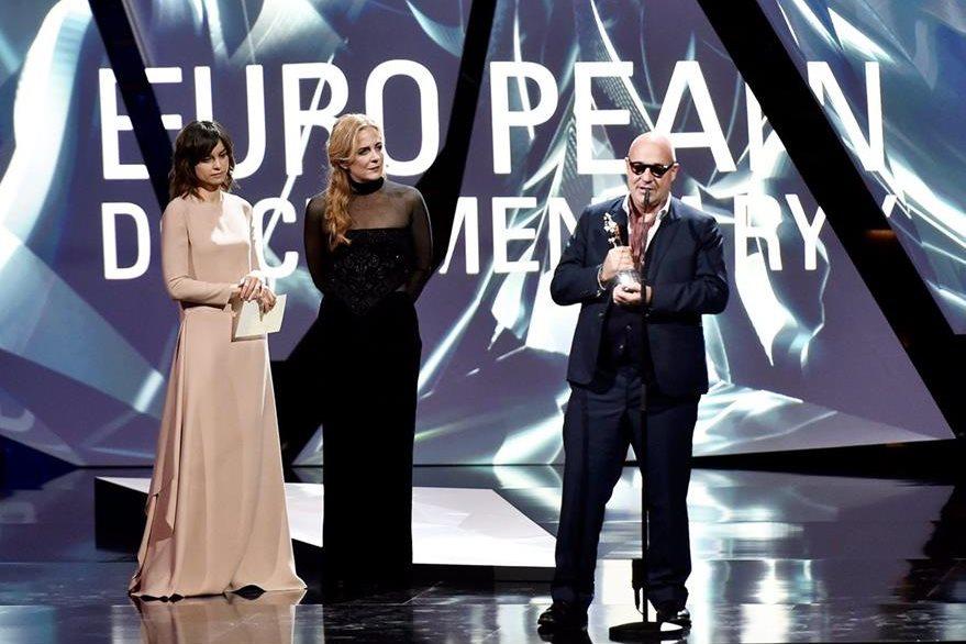 El director italiano Gianfranco Rosi recibe el galardón.