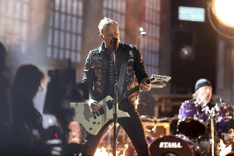 Durante la entrega de los Grammy, el roquero James Hetfield tuvo problemas con el micrófono. (Foto Prensa Libre: AP)
