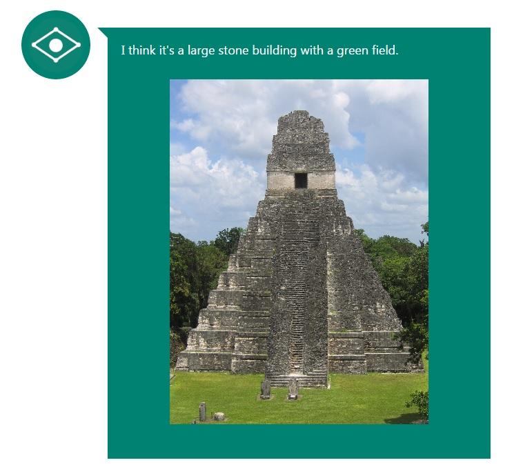 """""""Creo que es una edificación grande de piedra con un gran campo"""". Así describe CaptionBot a esta pirámide de Tikal, en Petén."""