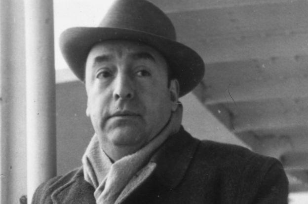 """Pablo Neruda, que acababa de ver los horrores de la Guerra Civil española, quiso actuar """"no sólo por Freud, sino por los intelectuales europeos"""", según Ruperthuz.GETTY IMAGES"""