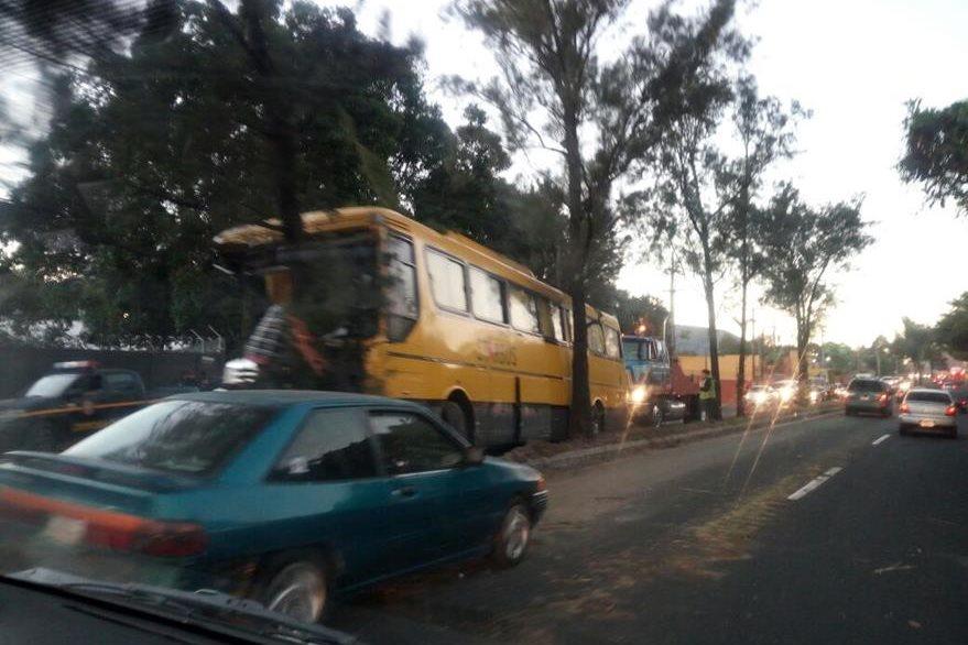 En el km 27 de la ruta al Pacífico un autobús con unos 60 pasajeros chocó contra un árbol. (Foto Prensa Libre: Alexánder Coyoy)