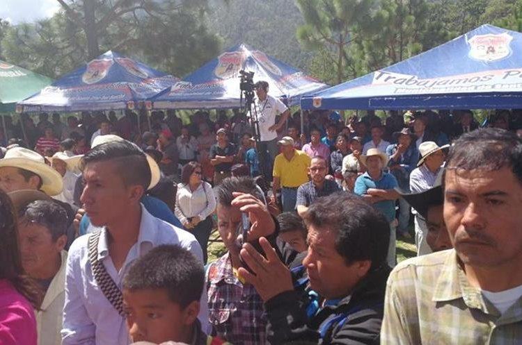 Algunos transportistas dijeron que estaban en el lugar para apoyar a nadie, sino para recibir la carretera. (Foto Prensa Libre: Estuardo Paredes)