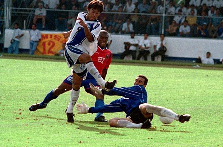 Carlos Ruiz le anota a Costa Rica en un partido disputado en noviembre del 2000. (Foto Prensa Libre: Hemeroteca PL)