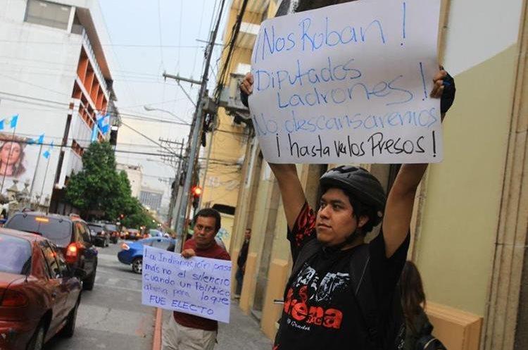 Ciudadanos manifiestan afuera del Congreso de la República este miércoles. (Foto Prensa Libre: Álvaro Interiano).