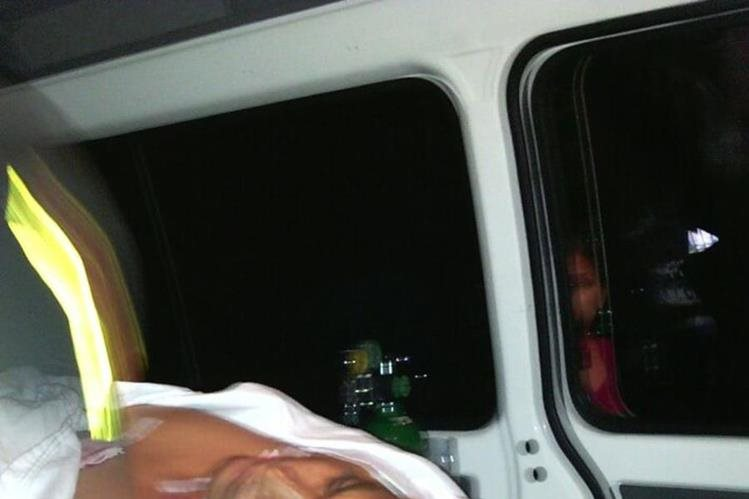 Ambulancia traslada a funcionario edil hacia el Hospital Nacional de Mazatenango. (Foto Prensa Libre).