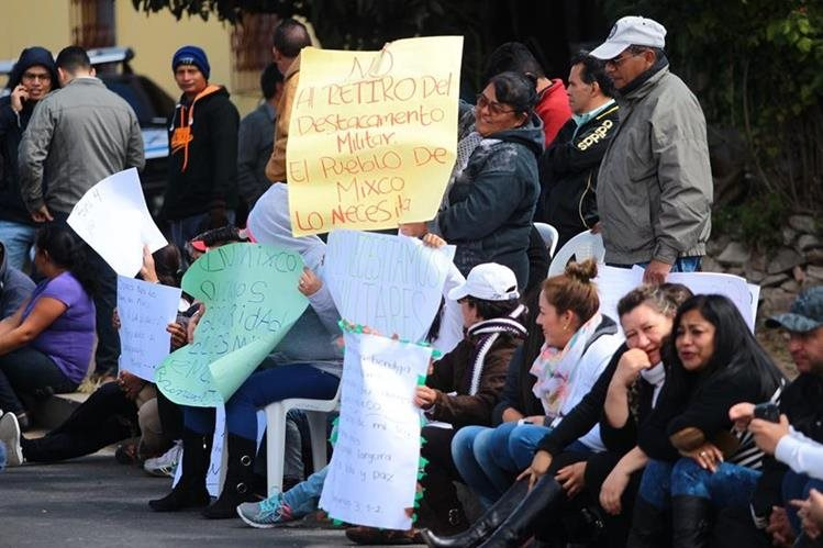 Vecinos protestaron frente al destacamento militar en la colonia Nueva Monserrat, zona 4 de Mixco.( Foto Prensa Libre: Erick Ávila)
