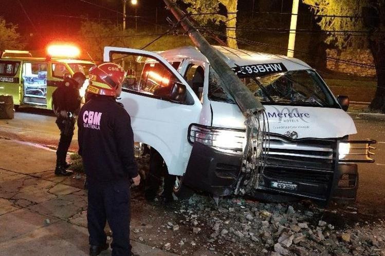 Socorristas atienden a personas que resultaron con golpes leves en accidente de tránsito registrado la madrugada de este viernes en el boulevar Liberación, Zona 9. (Foto Prensa Libre: Bomberos Municipales)