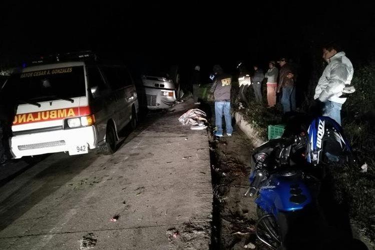 Socorristas resguardan el cadáver de un menor, quien murió en un accidente de tránsito en Chupol, Chichicastenango, Quiché. (Foto Prensa Libre: Ángel Julajuj)