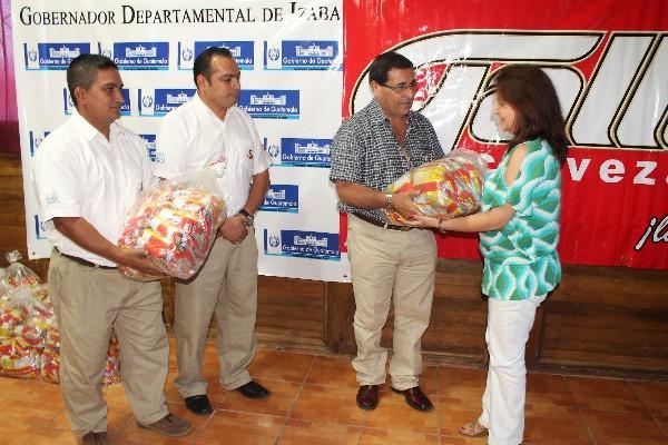 Autoridades reciben el producto, por parte del personal de Cervecería Centro Americana.