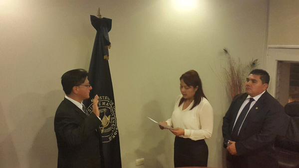 La ministra de Gobernación Eunice Mendizábal juramenta a Alexander Maldonado como director del SP. (Foto Prensa Libre: Mingob)