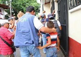 Personal de la PGN traslada a hermanos rescatados en la cabecera de Retalhuleu. (Foto Prensa Libre: Rolando Miranda)