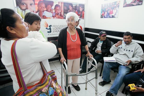 Pacientes renales acudieron a Procuraduría de los Derechos Humanos PDH. Presentaron una denuncia contra mal servicio en el IGSS. (Fotografía: Paulo Raquec).