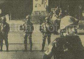 Efectivos militares custodian la entrada principal a la USAC, luego de la ocupación decretada por el gobierno militar en 1985. (Foto: Hemeroteca PL)