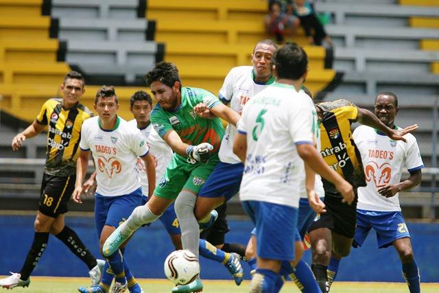 Juego de la primera fecha entre Bárcenas y Aurora FC.