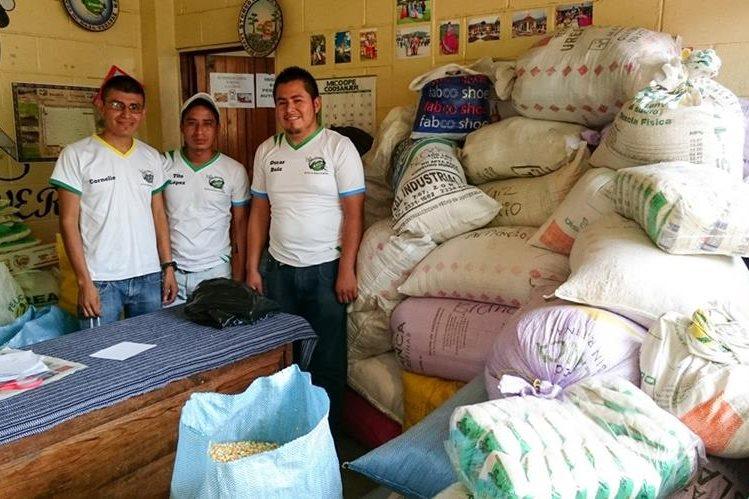 Locutores de radio Genesis, en el salón que habilitaron para recolección de vivires en Cubulco, Baja Verapaz.(Foto Prensa Libre: Carlos Grave).