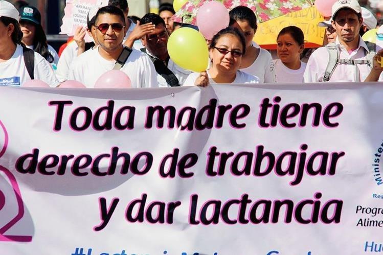 Participantes en  caminata promueven la lactancia materna en Huehuetenango. (Foto Prensa Libre: Mike Castillo)