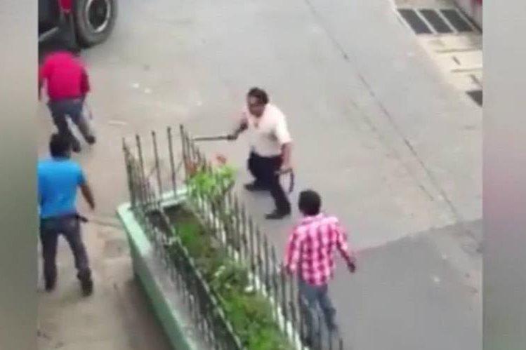 Video grabado muestra el enfrentamiento entre dos ayudantes de autobús en San Lucas Sacatepéquez. (Foto Prensa Libre: Facebook)