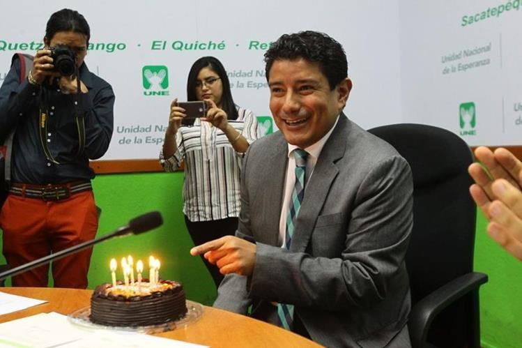 El diputado Carlos Barreda de la UNE fue agasajado con un pastel previo a citación con gabinete económico. (Foto Prensa Libre: Urías Gamarro)