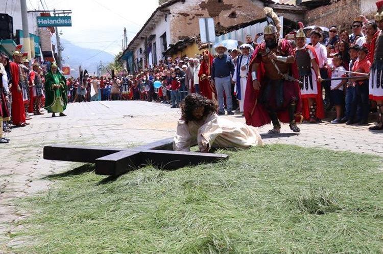Jesucristo lleva cargada la Cruz y cae por tercera vez en su recorrido. (Foto Prensa Libre: Mike Castillo)