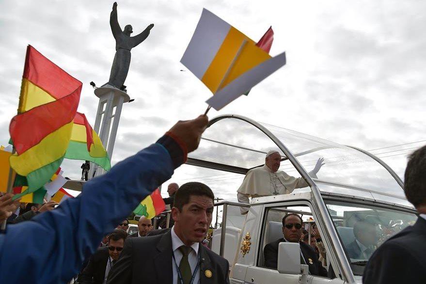 A bordo del papamóvil, el Papa ingresa a la plaza Cristo Redentor, donde se celebró la eucaristía. (Foto Prensa Libre: AFP).