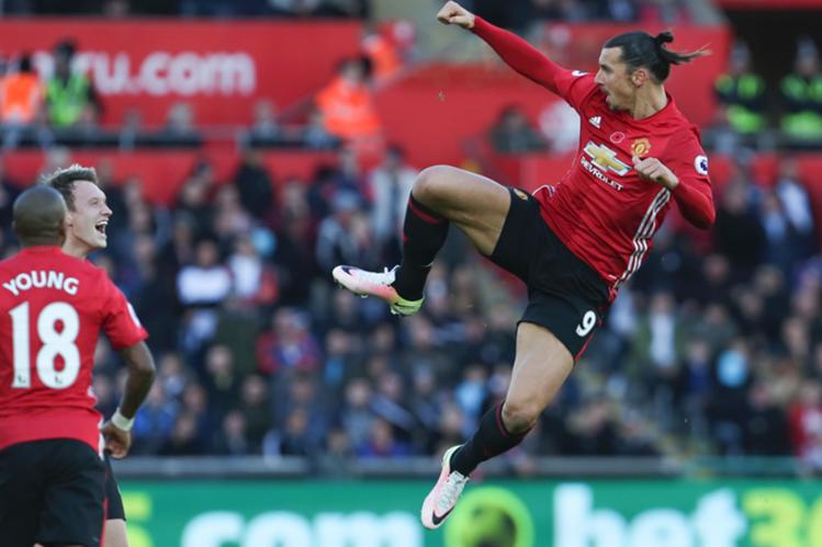 El delantero sueco Zlatan Ibrahimovic celebró el triunfo del Mánchester United con un doblete. (Foto Prensa Libre: AFP)