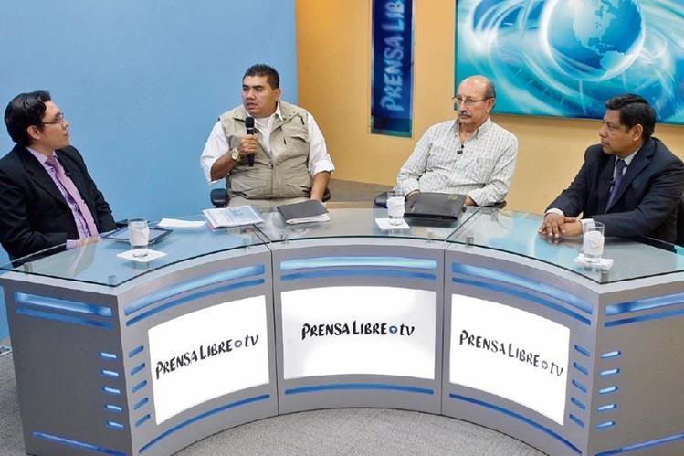 El viceministro de Gobernación, Élmer Sosa, y el analista Julio Balconi —al centro— conversan con los periodistas José Manuel Patzán y Byron Vázquez, en el programa Diálogo Libre.