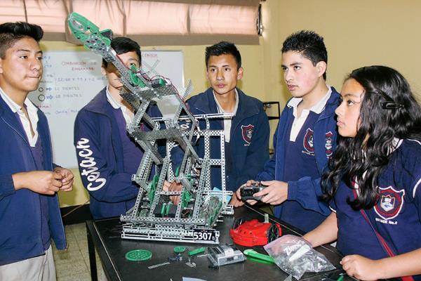 Estudiantes de Robótica tiene la oportunidad de viajar a la Nasa a exponer sus proyectos. (Foto Prensa Libre: José Rosales)