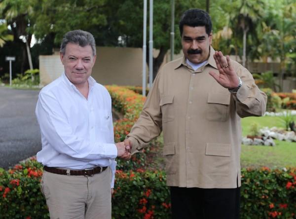 Nicolás Maduro(d) saluda a Juan Manuel Santos a su llegada al Puerto Ordaz, Venezuela. (AP).