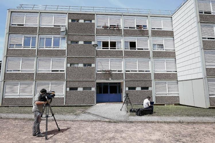 Vista del edificio donde vivió Yassine Salhi, el sospechoso del atentado en Francia. (Foto Prensa Libre: EFE).