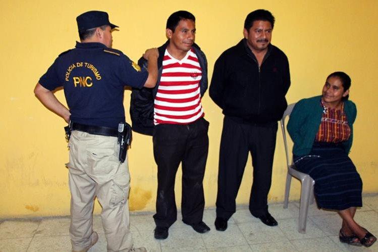 Los tres aprehendidos son sindicados de extorsionar a un abogado en Xela. (Foto Prensa Libre: Carlos Ventura)