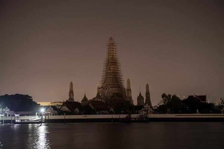 Bangkok, totalmente a oscuras. (Foto Prensa Libre: AFP)