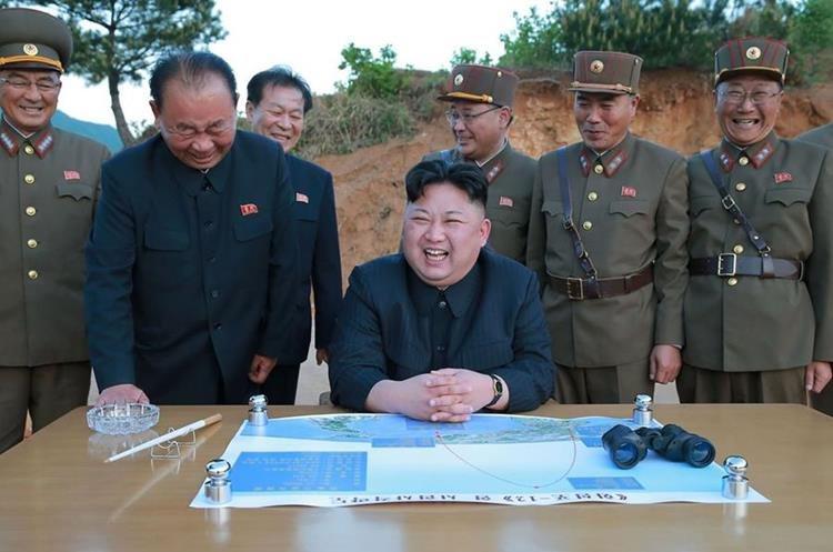 Kim Jong-Un, líder de Corea del Norte,  luego del ensayo de un misil de largo alcance. (AFP)