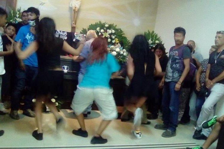 Bailan cumbia en velorio para despedir a joven en Saltillo